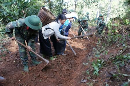 Chiến sỹ Lữ đoàn 82 giúp đồng bào huyện Điện  Biên xây dựng nông thôn mới. Ảnh: Xuân Phú.