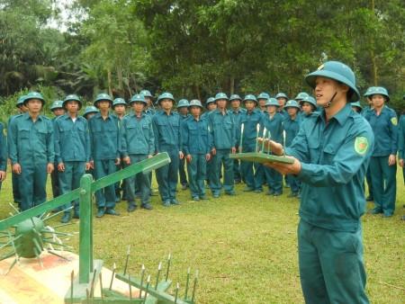 Nguyễn Trung Hải trong giờ huấn luyện vũ khí tự tạo.
