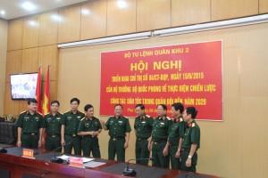 Thiếu tướng Ngô Văn Hùng, Phó Tư lệnh QK với các đại biểu dự hội nghị.