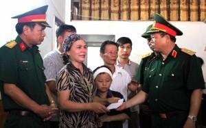 Thiếu tướng Vũ Sơn Hoàng, Phó Chủ nhiệm Chính trị Quân khu cùng đoàn công tác đến thăm hỏi, động viên các gia đình bị nạn trong đợt lũ quét tại xã Tông Lạnh, huyện Thuận Châu, tỉnh Sơn La. Ảnh: TRUNGHÀ