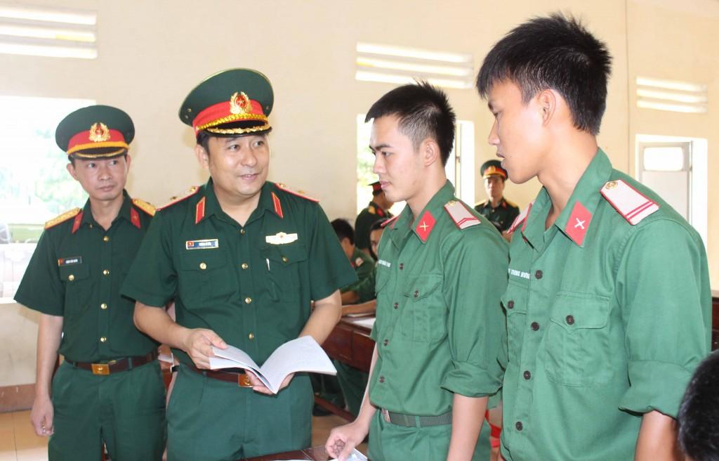 Thiếu tướng Phùng Sĩ Tấn, Ủy viên Thường vụ Đảng ủy, Phó Tư lệnh, TMT QK kiểm tra sổ sách học tập tại Tiểu đoàn 20.