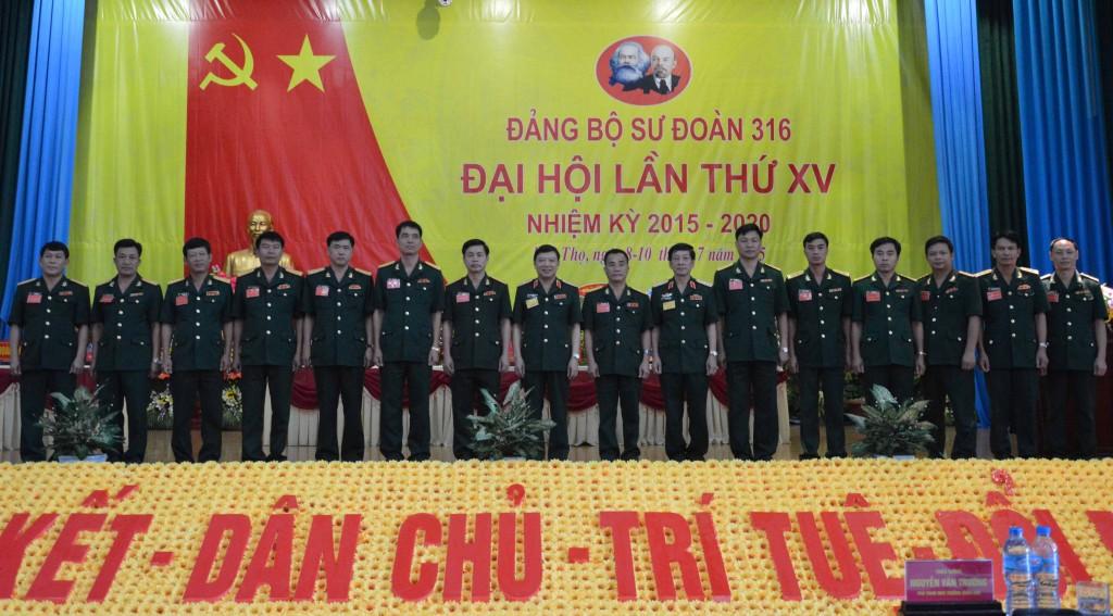 Đồng chí Phó Chính ủy QK (thứ 8 từ trái sang) cùng các đồng chí trong Ban Chấp hành Đảng bộ Sư đoàn 316 nhiệm kỳ 2015-2020.