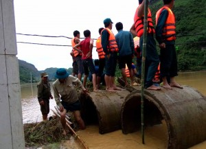 Các lực lượng giúp nhân dân huyện Thuận Châu khắc phục hậu quả trận mưa lũ ngày 24-6.                                      Ảnh: TRUNGHÀ