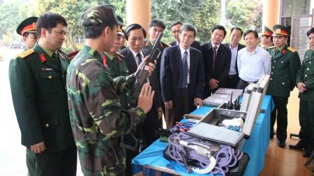 Lãnh đạo tỉnh Phú Thọ tham quan mô hình huấn luyện tại Bộ CHQS tỉnh.