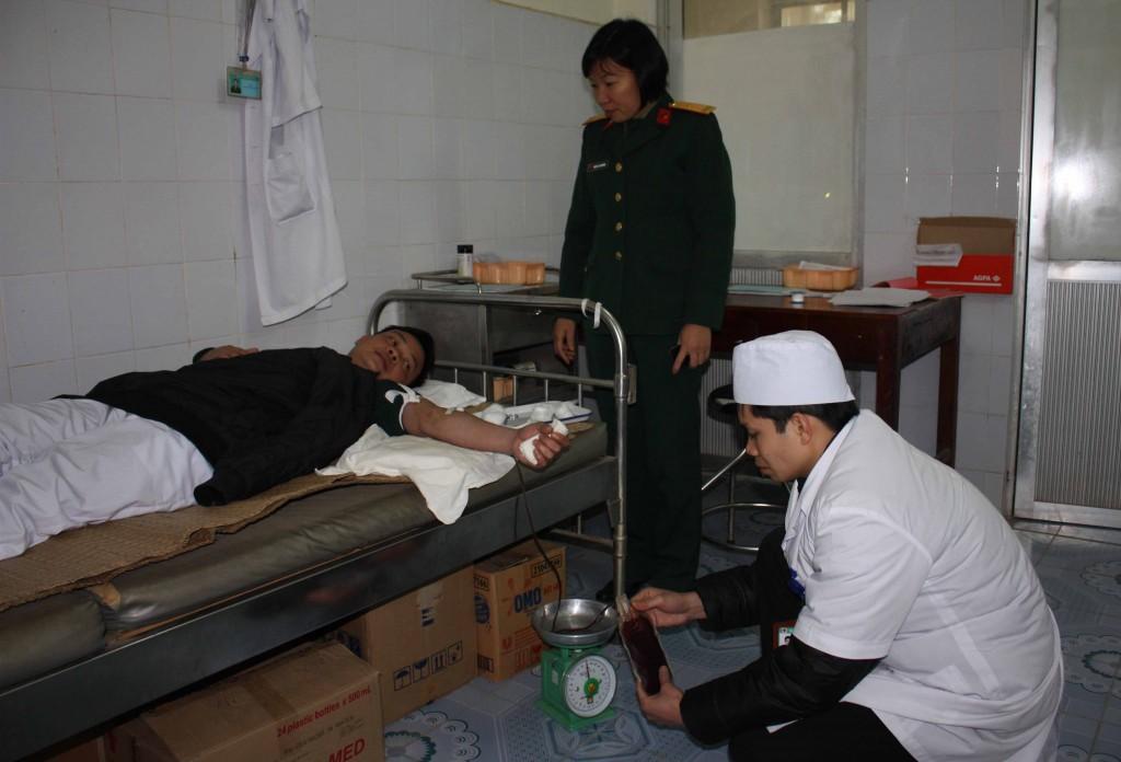 Bác sỹ Bệnh viện đang thực hiện hiến máu.