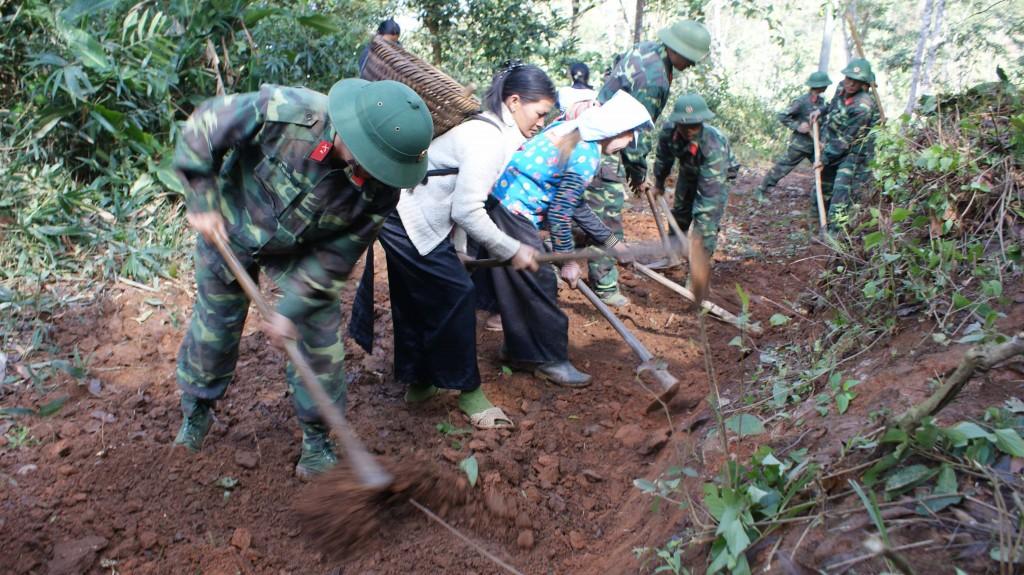 Cán bộ, chiến sĩ Lữ đoàn 82 giúp dân mở đường tại bản Huổi Un, xã Mường Pồn, huyện Điện Biên. Ảnh: NGỌCCƯỜNG