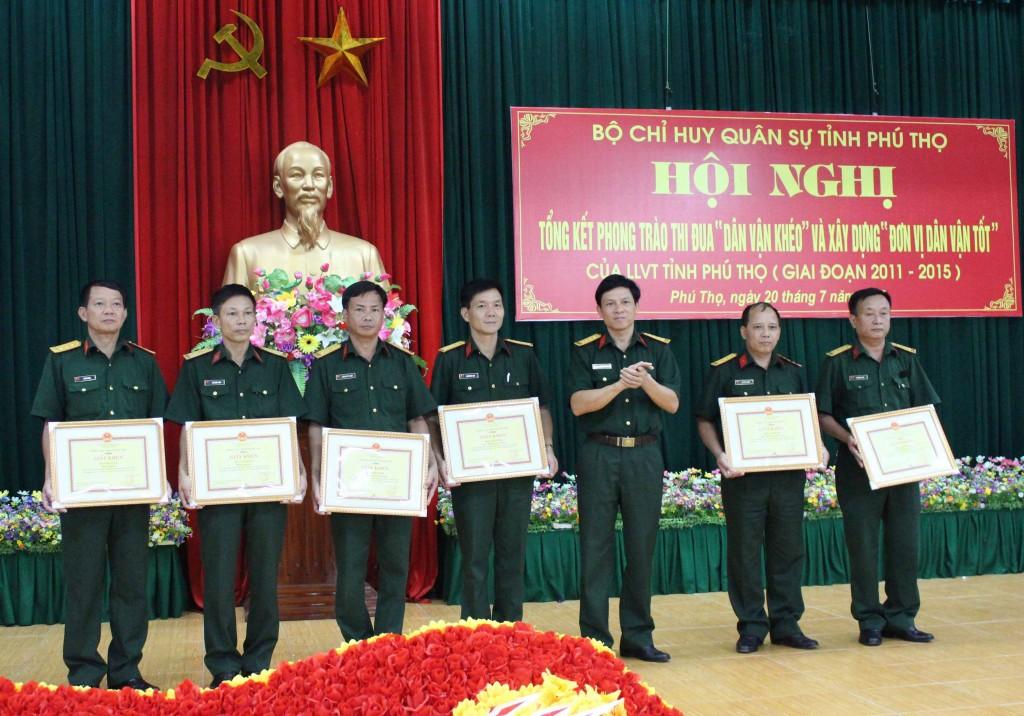 Lãnh đạo Bộ CHQS tỉnh Phú Thọ trao thưởng cho các cá nhân, tập thể đạt thành tích cao trong phong trào thi đua.
