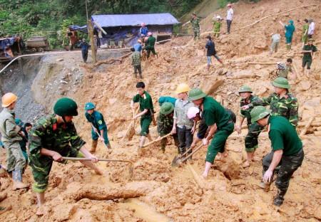Cán bộ chiến sĩ LLVT tỉnh Yên Bái giúp dân tìm kiếm cứu nạn trong vụ sạt lở đất ở thôn Trống Páo Sang, xã La Pán Tẩn, huyện Mù Cang Chải (tháng 9 năm 2012).
