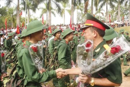 Lãnh đạo, chỉ huy các đơn vị tặng hoa, động viên thanh niên lên đường về đơn vị mới.