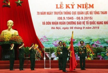 Thượng tướng Đỗ Bá Tỵ thừa ủy quyền của Chủ tịch nước gắn Huân chương bảo vệ Tổ quốc hạng nhì lên Quân kỳ Quyết thắng của Cục Quân lực.