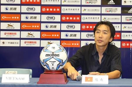 HLV Miura họp báo sau trận VN thắng Đài Loan 2-1 - Ảnh: Tuấn Văn