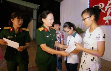 Thượng tá Nguyễn Thúy Vân, Trưởng Ban Phụ nữ Quân khu 2 trao thưởng cho các cháu học sinh giỏi con cán bộ, nhân viên Sư đoàn 316.