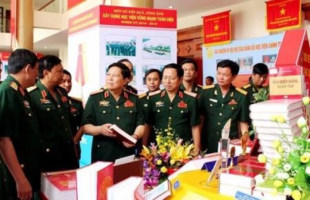 Thượng tướng Ngô Xuân Lịch tham quan khu trưng bày sản phẩm chào mừng Đại hội Đảng bộ Học viện Chính trị nhiệm kỳ 2015-2020. Ảnh: Nguyên Thắng