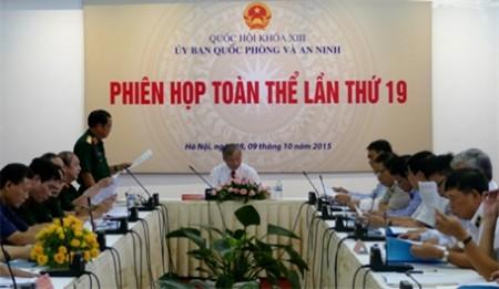Đại tướng Đỗ Bá Tỵ trình bày tờ trình tại phiên họp.