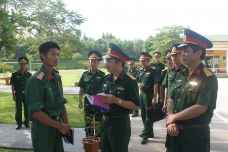 Phó chính ủy kiểm tra nhận thức chiến sỹ mới Trung đoàn 174.