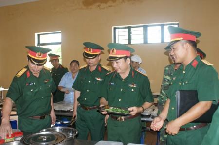 Phó Chính ủy kiểm tra bếp ăn Tiểu đoàn 4, Trung đoàn 148.