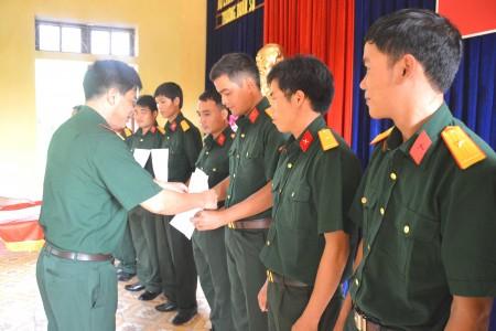 Bộ CHQS tỉnh trao Quyết định của Bộ quốc phòng về phong quân hàm sỹ quan dự bị  cho học viên.