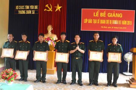 -Trường Quân sự tỉnh khen thương cho 6 học viên hoàn thành tốt nhiệm vụ.