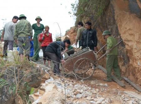 Bộ đội Sơn La giúp dân làm đường vùng cao.       Ảnh: PV
