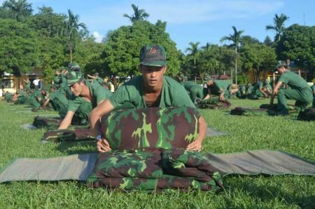 Chiến sỹ mới Tiểu đoàn 5, Lữ đoàn 82 đua tài gấp chăn màn với đồng đội.