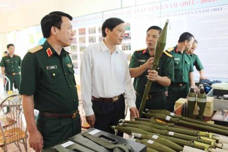 Thiếu tướng Lê Xuân Duy, Phó Tư lệnh QK, lãnh đạo tỉnh Lai Châu tham quan khu trưng bày mô hình, học cụ huấn luyện tại Bộ CHQS tỉnh Lai Châu.