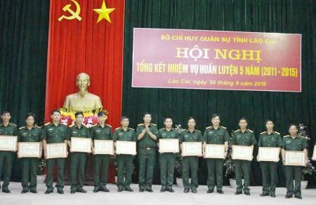 Đại tá Hà Văn Quế, Chính ủy Bộ CHQS tỉnh Lào Cai tặng giấy khen cho tập thể và cá nhân có thành tích xuất sắc trong thực hiện nhiệm vụ huấn luyện.