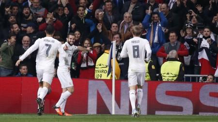 Niềm vui của Nacho (giữa) sau khi mở tỉ số cho Real Madrid. Ảnh: Reuters