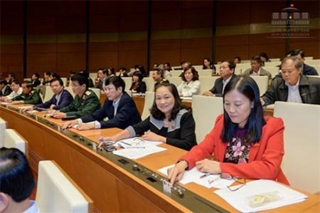 Đoàn ĐBQH tỉnh Thái Nguyên bấm nút biểu quyết thông qua Luật QNCN và CN, VCQP. Ảnh: Cổng TTĐT.