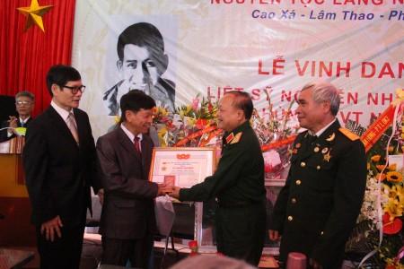 Thiếu tướng Ngô Văn Hùng, Trưởng ban liên lạc Sư đoàn 320 tỉnh Phú Thọ trao Kỷ niệm chương Liệt sỹ Nguyễn Như Trang.