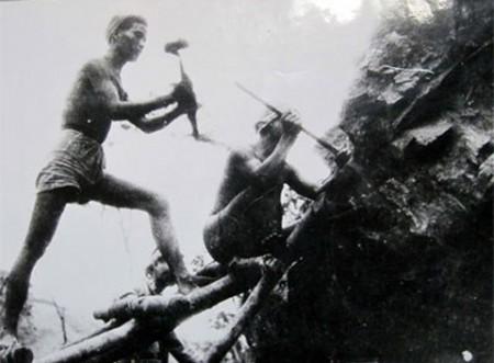 Công binh phá đá mở đường trên đèo Lũng Lô (năm 1953).