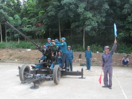 Tự vệ cao su Sơn La trên bãi tập.