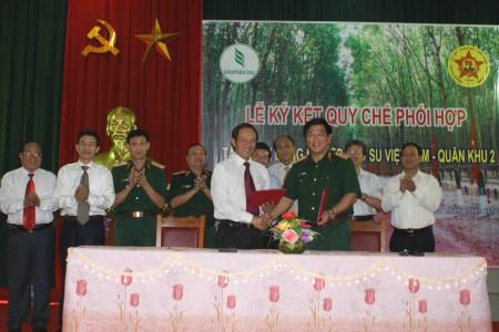 Trung tướng Dương Đức Hòa, Ủy viên Trung ương Đảng, Tư lệnh QK và đồng chí Trần Ngọc Thuận, Tổng Giám đốc Tập đoàn CN cao su VN ký Quy chế phối hợp ngày 31/7/2012.
