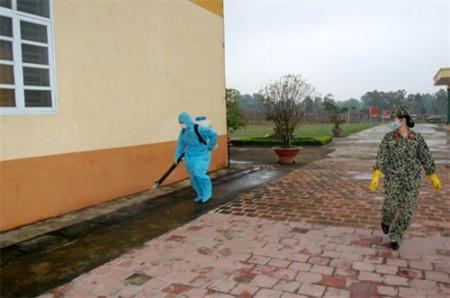 Quân y Lữ đoàn 113 Đặc công phun thuốc diệt muỗi trong khuôn viên đơn vị. Ảnh: Tuấn Đức