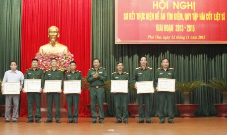 Thiếu tướng Hoàng Hữu Thế, Chủ nhiệm Chính trị Quân khu trao thưởng cho các cá nhân có thành tích xuất sắc trong thực hiện nhiệm vụ tìm kiếm, quy tập hài cốt liệt sĩ.