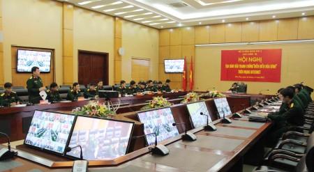 Đại tá Dương Quang Chung, Chính ủy Lữ đoàn 604 phát biểu tham luận tại điểm cầu Quân khu.