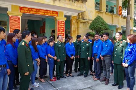 Đại biểu Ban quản lý Dự án trao đổi với TTTTN Đoàn KT- QP 313.