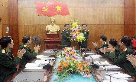Tư lệnh Quân khu trao quyết định và tặng hoa chúc mừng đồng chí Thiếu tướng Phạm Lâm Hồng.