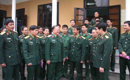 Đại biểu Quốc hội trao đổi với cử tri Lữ đoàn 543 về Luật QNCN và CN, VCQP vừa được QH thông qua.