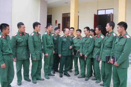 Những chiến sỹ trẻ Sư đoàn 316 bày tỏ với đại biểu Quốc hội về nguyện vọng phấn đấu trở thành QNCN phục vụ quân đội lâu dài.