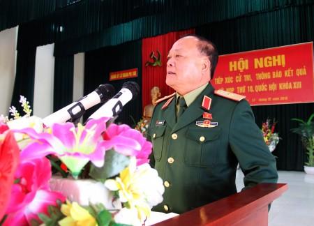 Thiếu tướng Ngô Văn Hùng, Phó Tư lệnh Quân khu, đại biểu Quốc hội thông báo nhanh kết quả kỳ họp thứ 10 tại Lữ đoàn 168.