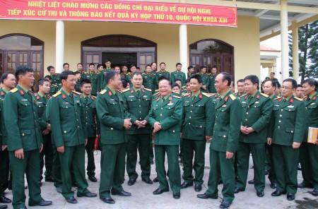 Thiếu tướng Ngô Văn Hùng, Phó Tư lệnh Quân khu, đại biểu Quốc hội trao đổi với cử tri Lữ đoàn 168 về Luật QNCN và CN, VCQP vừa được Quốc hội thông qua.