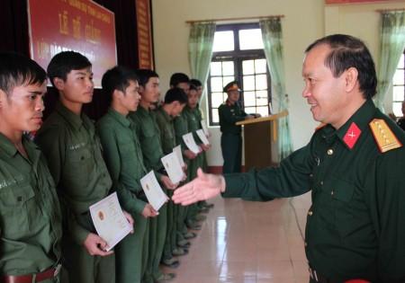 Đại tá Bùi Hồng Thuyên, Hiệu trưởng Trường Quân sự tỉnh Lai Châu trao bằng tốt nghiệp cho các sĩ quan dự bị năm 2015.