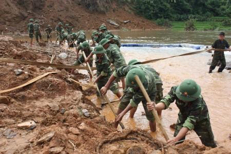 Cán bộ, chiến sĩ Sư đoàn 316 tham gia giúp dân khắc phục hậu quả thiên tai tại Chế Cu Nha, Mù Cang Chải, Yên Bái năm 2011.