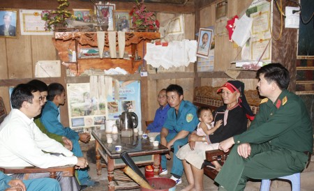 Đội công tác liên ngành thuộc tỉnh Lai Châu thăm, hỏi gia đình ông Phàn Phủ Mùn và bà Ly Thị Mẩy, thôn Sòn Thầu 2, xã Ma Li Pho, huyện Phong Thổ.