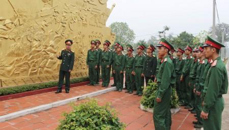 Trung tá Phạm Văn Trường, Chính ủy Trung đoàn giới thiệu lịch sử truyền thống 70 năm Trung đoàn 148 cho tuổi trẻ đơn vị.                                               Ảnh: VIỆT KHÔI