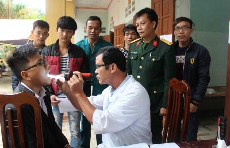 Công dân xã Hưng Long, huyện Yên Lập, tỉnh Phú Thọ trong ngày khám tuyển, gọi công dân nhập ngũ.