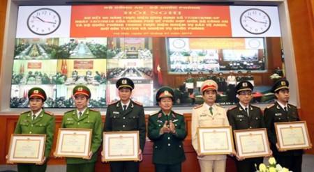 Đại tướng Đỗ Bá Tỵ trao Bằng khen của Bộ Quốc phòng cho các đơn vị thuộc Bộ Công an