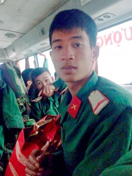 Binh nhất Lê Văn Hải trên xe trở về địa phương trong ngày xuất ngũ.