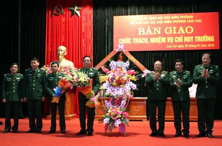 Phó Tư lệnh Quân khu 2tặng hoa chúc mừng các đồng chí trên cương vị chức trách, nhiệm vụ mới và chúc tết cán bộ, chiến sĩ Bộ đội Biên phòng tỉnh Lào Cai.