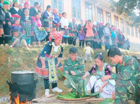 Lễ hội gói bánh chưng trong Tết quân dân Xuân Ất Mùi 2015 ở tỉnh Lai Châu. (Ảnh: DÂNG TRIỀU)